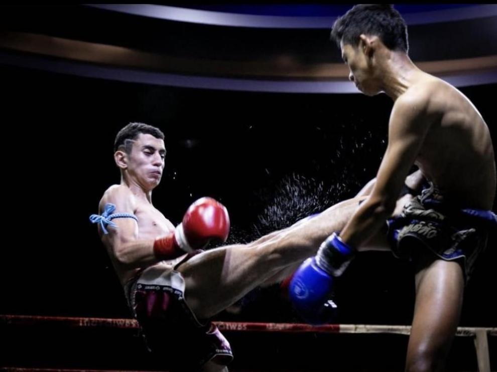 Ismael Abad (guantes rojos) en plena pelea contra un luchador tailandés.