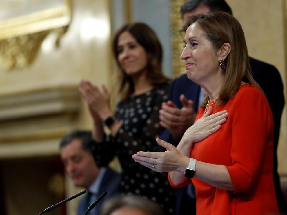 La presidenta del Congreso, Ana Pastor, agradece los aplausos en la despedida de la legislatura.