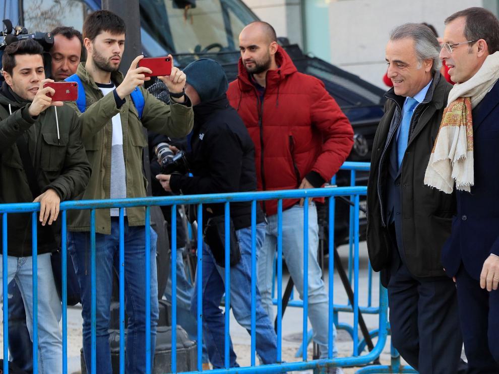 El expresidente del FC Barcelona, Sandro Rossell, con su abogado a la llegada a la Audiencia Nacional