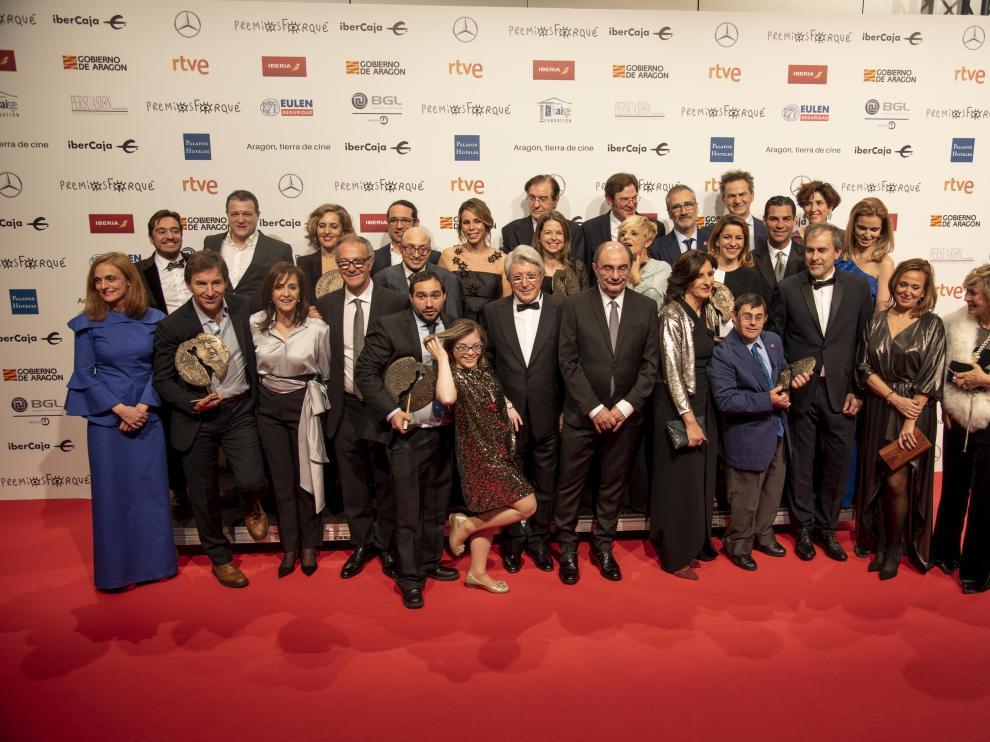 El presidente de Egeda, Enrique Cerezo, junto al presidente de Aragón,Javier Lambán, y los galardonados en los últimos premios Forqué.