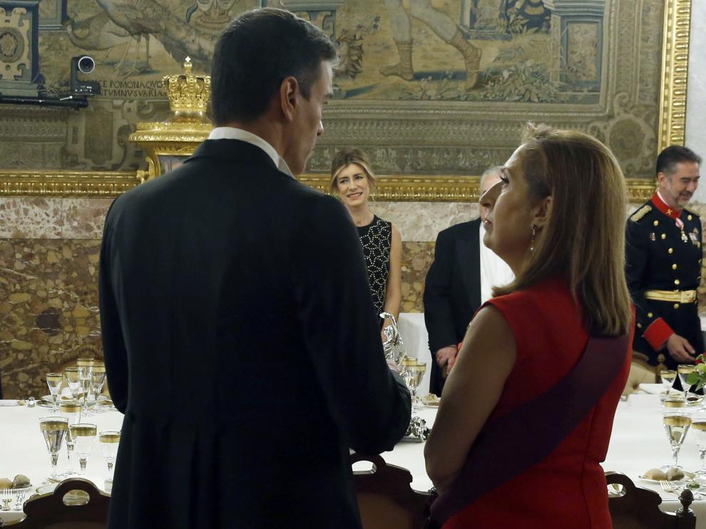 El presidente del Gobierno, Pedro Sánchez (PSOE), conversa con la presidenta del Congreso, Ana Pastor (PP), en una imagen de este miércoles en el Palacio Real.