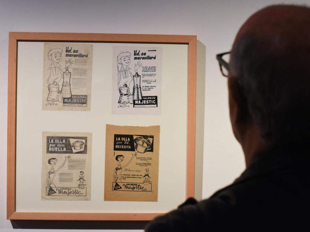 Un hombre observa una de las obras de Navarro Centelles