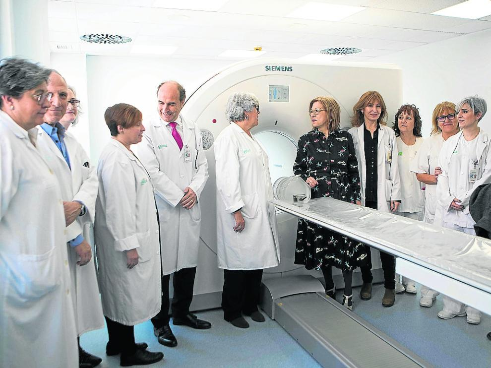 La consejera de Sanidad con trabajadores del Clínico junto al nuevo equipo.