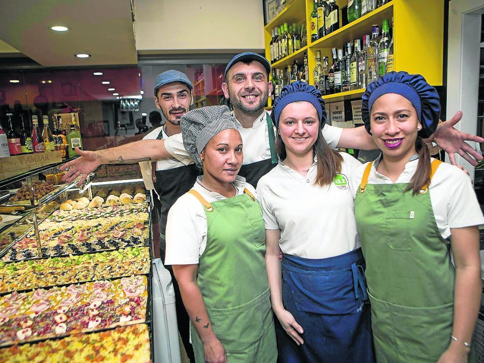 Cristian Georgita y su equipo en la pizzería 22.2 Gradi de Zaragoza.