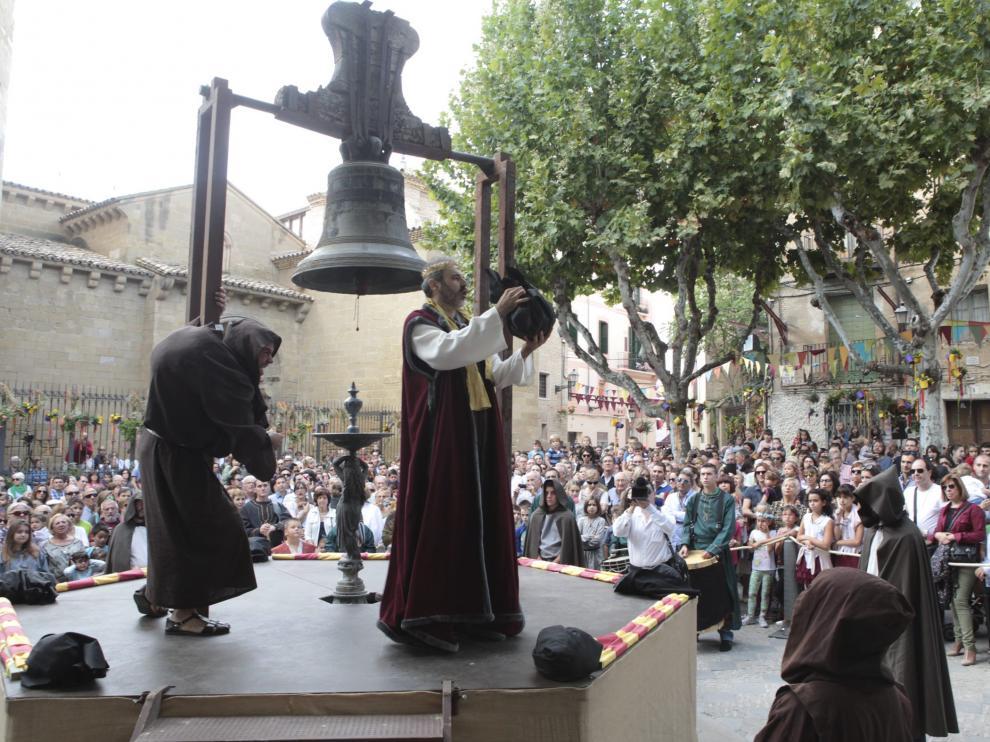 representacion de la campana de Huesca en la plaza de San Pedro/ Foto Fernando Paules