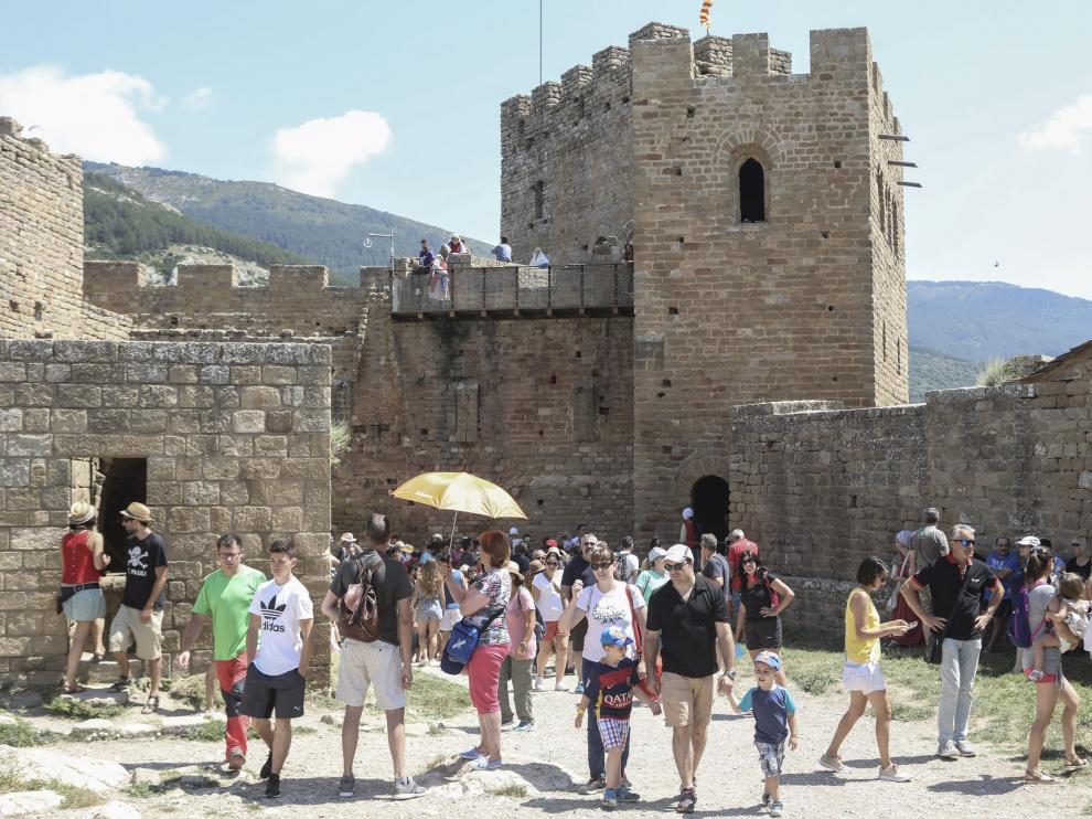 Turistas en la recreación medieval del castillo de Loarre en julio de 2018.
