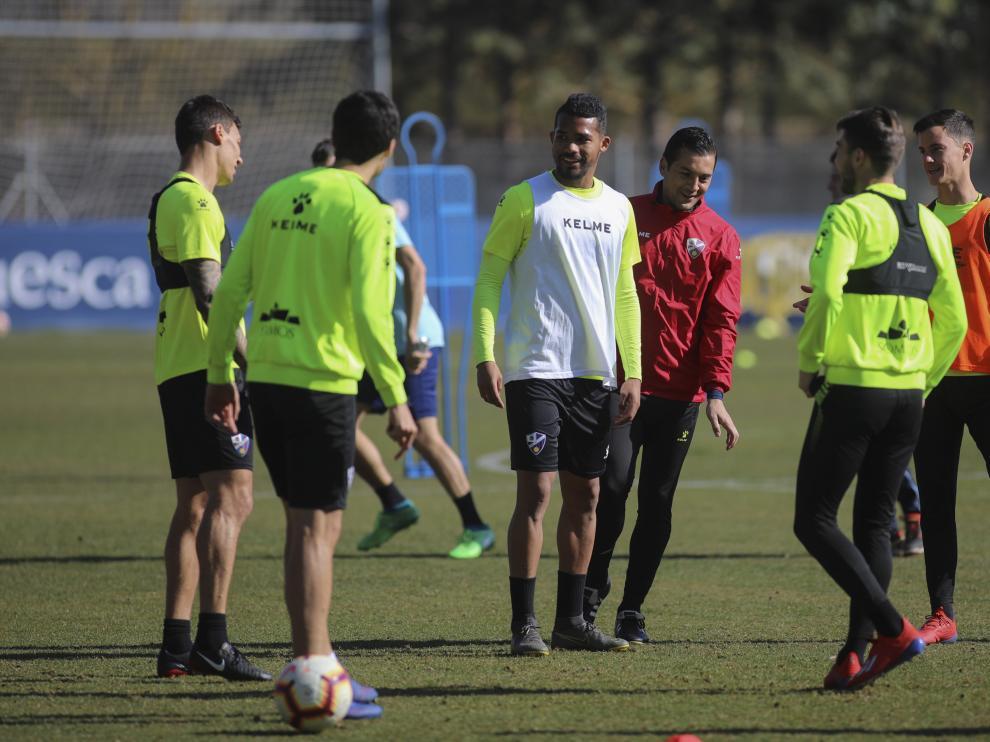 Yangel Herrera, junto a otros centrocampistas de la SD Huesca, durante una explicación de Francisco.