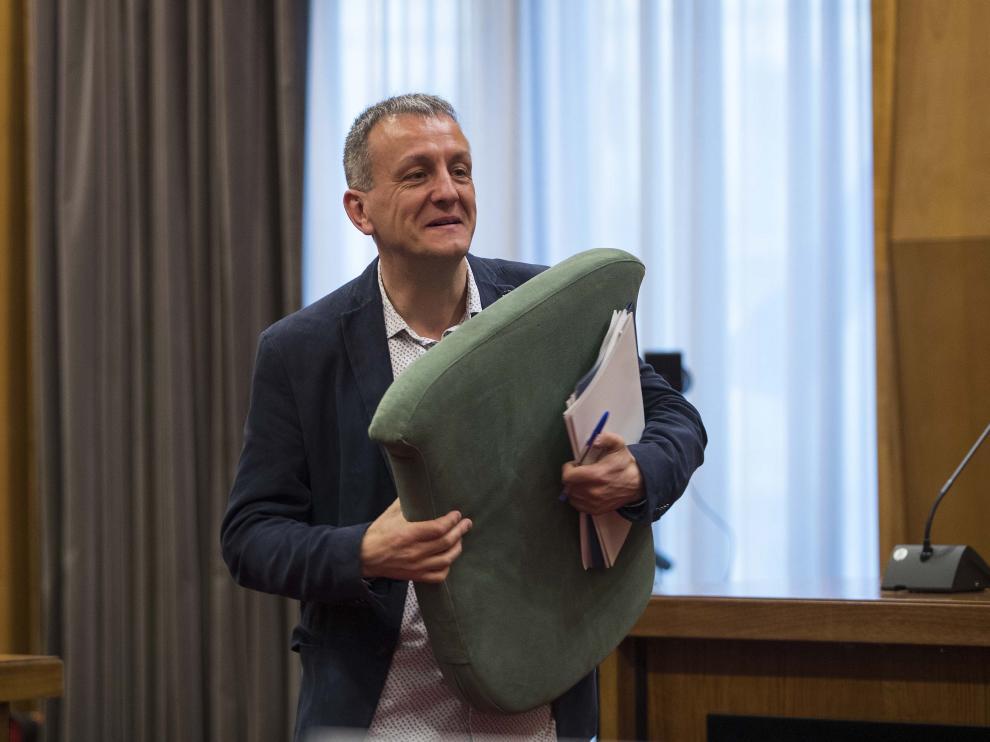 Fernando Rivarés, ayer, antes del inicio del pleno del Ayuntamiento de Zaragoza.
