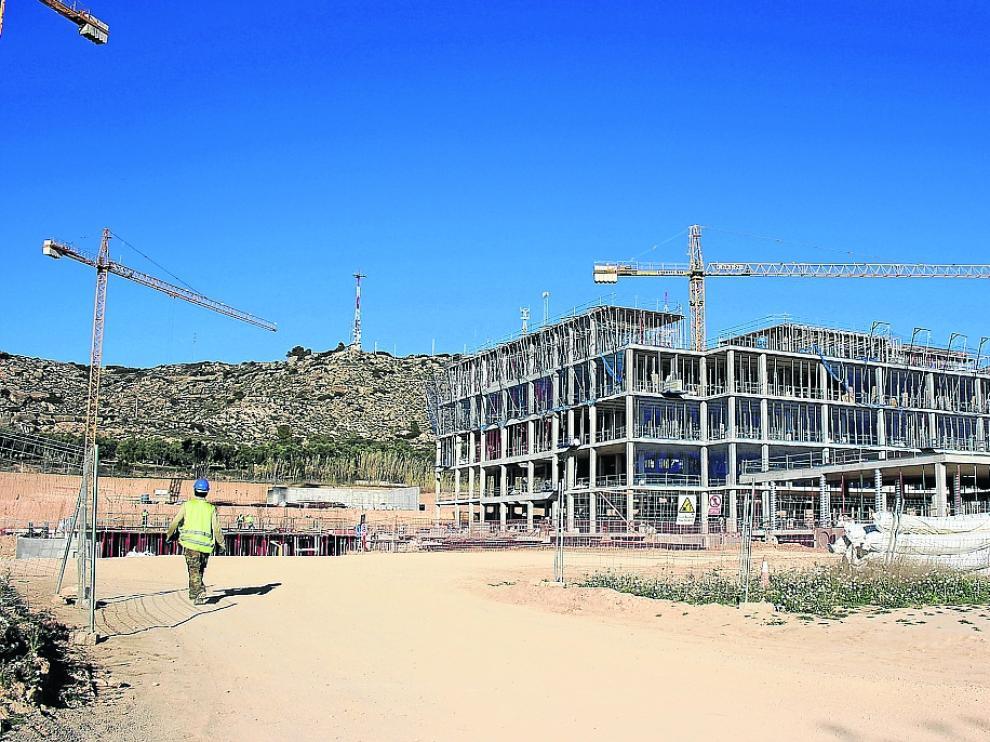 Las obras del nuevo hospital, en la ladera de Cantagallos, con parte de la estructura ya levantada.