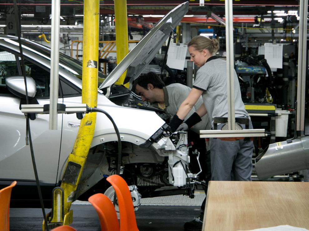 Dos empleados en la fábrica de Opel en Figueruelas.