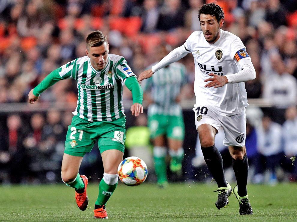 El capitán del Valencia CF, Dani Parejo, en una disputa por en balón con Giovani Lo Celso.
