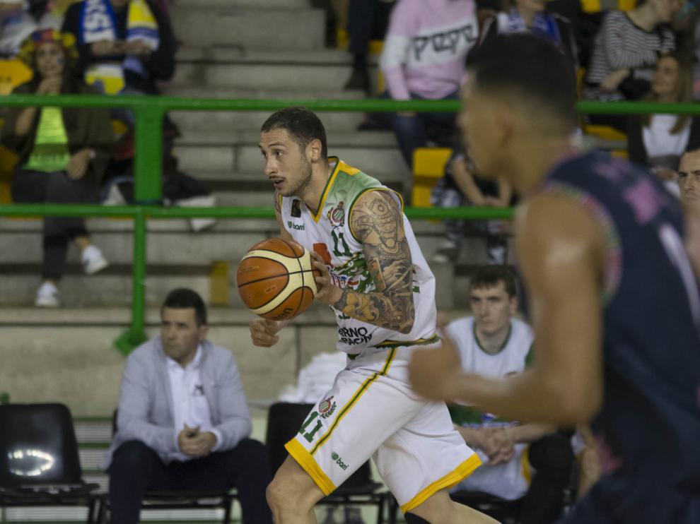 Gjuroski avanza por la cancha con el balón en el partido entre el Ourense y el Levitec.