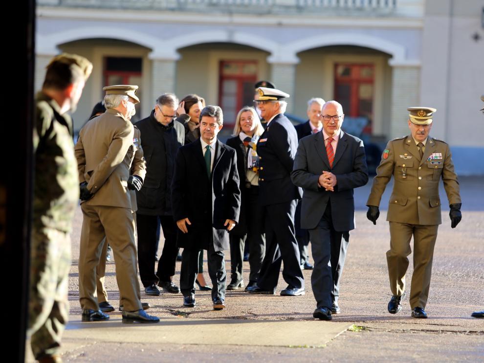 El secretario de Estado de Defensa, Ángel Olivares, (con gafas) en su visita en noviembre al cuartel de Sancho Ramírez