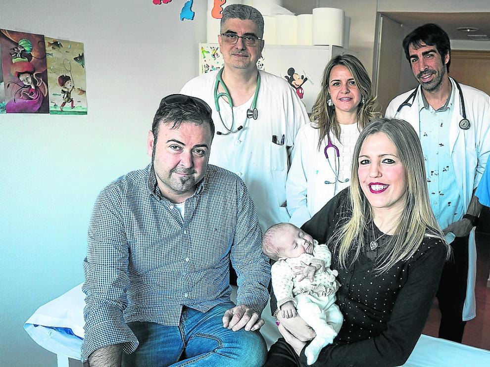 Alfonso, Raquel y la pequeña María, con parte del equipo médico.