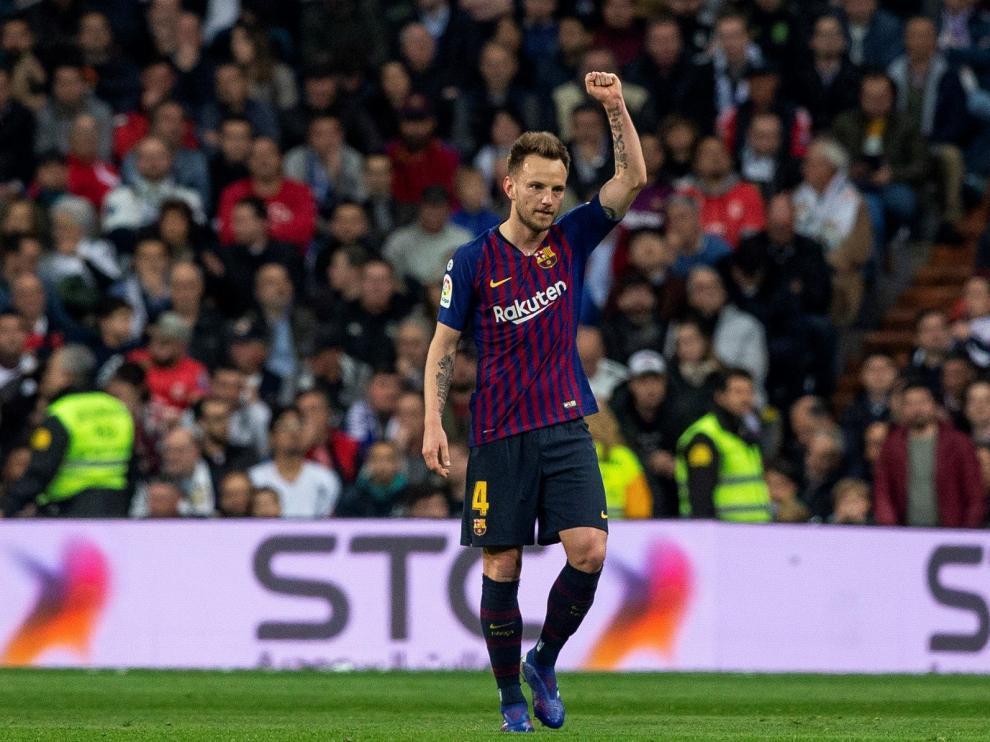Rakitic adelanta al Barcelona en el segundo Clásico de la semana.