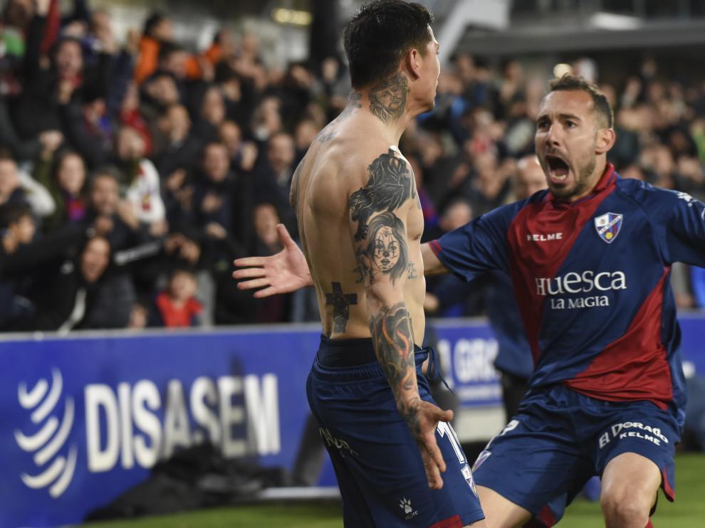 Ferreiro corre a abrazar a Chimy tras su gol al Sevilla en el partido del sábado.