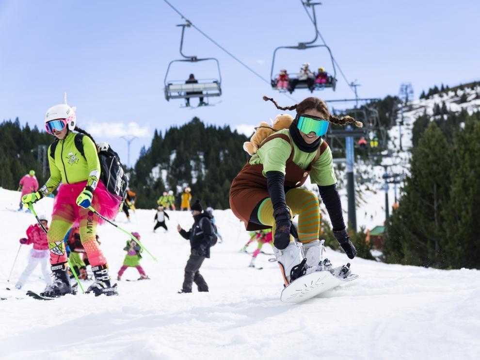 En Cerler, muchos esquiadores llenaron de color las pistas con sus disfraces de Carnaval