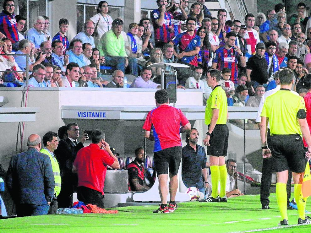 David Medié Jiménez consulta las imágenes antes de anular un gol de Raúl de Tomás en un Huesca Rayo disputado el pasado septiembre.