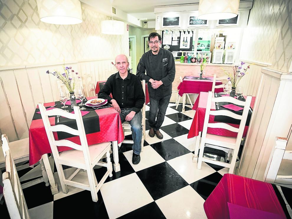 Alejandro Azanza, propietario, y Pedro José Campos, cocinero de La Abacería.