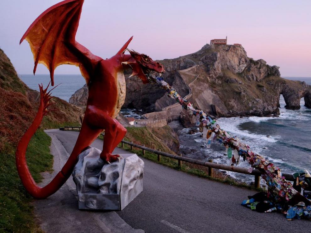 Greenpeace instala un dragón gigante en Gaztelugatxe (Vizcaya) para denunciar los vertidos de plástico al mar