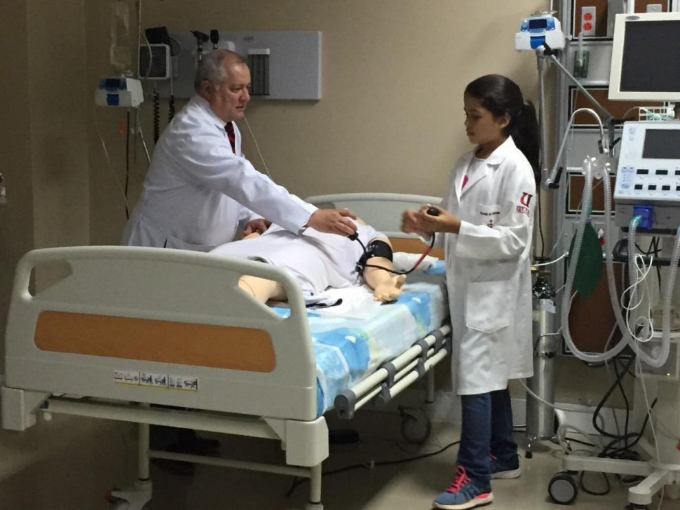 Maité Pazmiño, de 12 años, realiza unas pruebas durante el preuniversitario de medicina, en la Universidad Espíritu Santo de Guayaquil (Ecuador).
