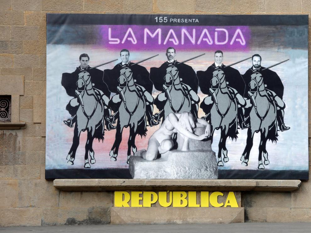 Vista del mural instalado en la fachada del ayuntamiento de Olot.