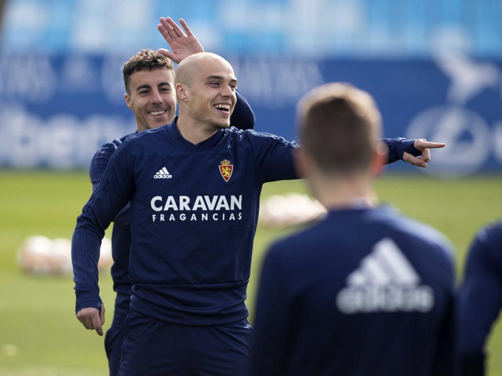 Jorge Pombo junto a Diego Aguirre, ayer, en el entrenamiento del Real Zaragoza en La Romareda.