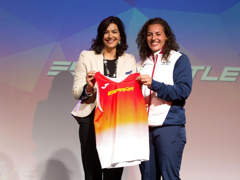 La presidenta del Consejo Superior de Deportes, María José Rienda (izquierda), en la despedida del equipo nacional de atletismo al último Europeo.