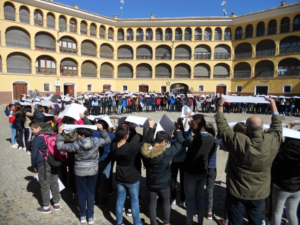 Los escolares han realizado un mosaico en la plaza de Toros Vieja.