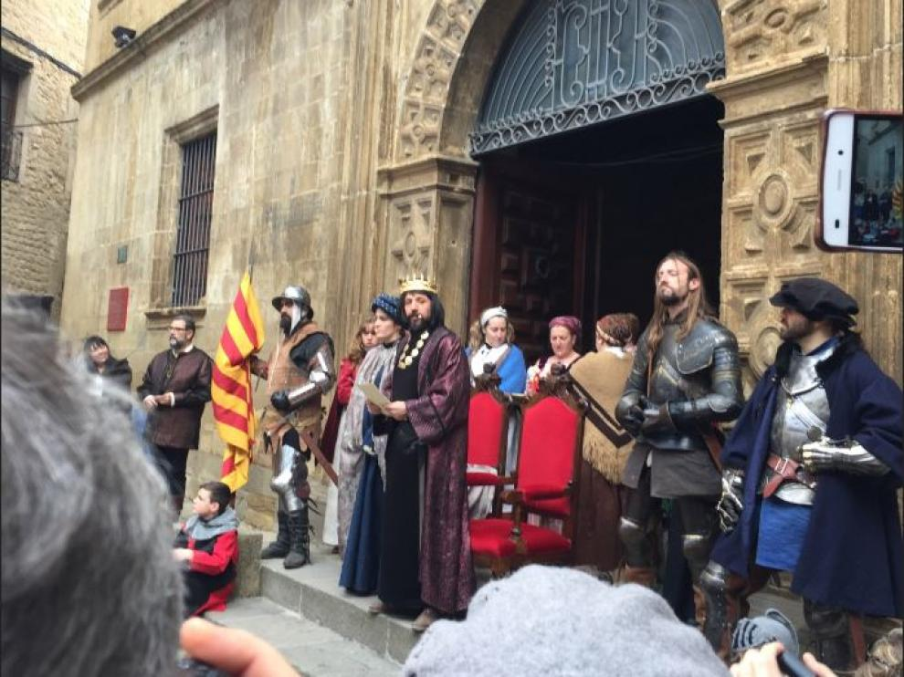 El público asiste en Sos del Rey Católico a una de las escenas de la recreación celebrada el año pasado