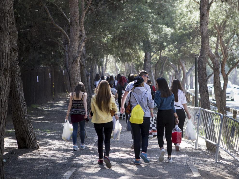 Un grupo de estudiantes, a la entrada de la anterior edición de San Pepe.