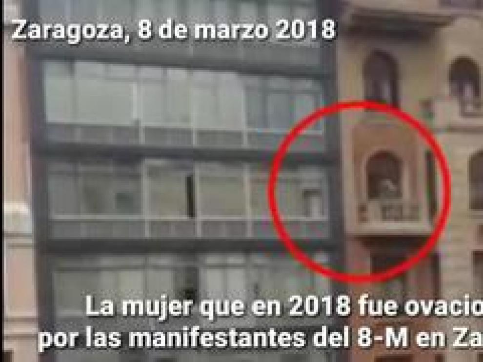 Más discretamente, sin hacerse notar ni agitar la bayeta al viento, la mujer que el año pasado protagonizó una de las escenas más entrañables y virales de la huelga feminista del 8-M en Zaragoza, ha vuelto a salir al balcón al paso de uno de los bicipiquetes.