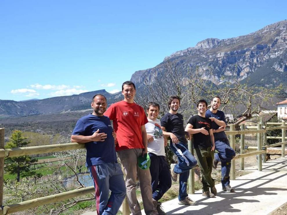 El equipo al completo de Cervezas Rondadora, que acaba de lanzar al mercado la primera sidra elaborada en Aragón.