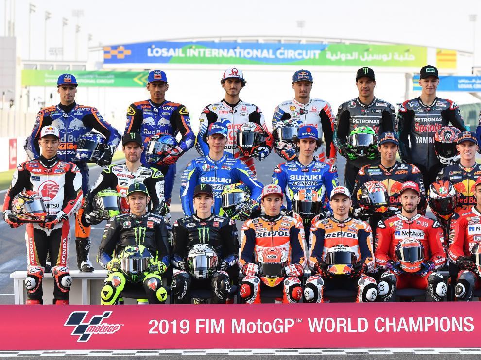 Foto de familia de los pilotos de Moto GP, esta semana en el circuito de Losail, en Doha (Catar).
