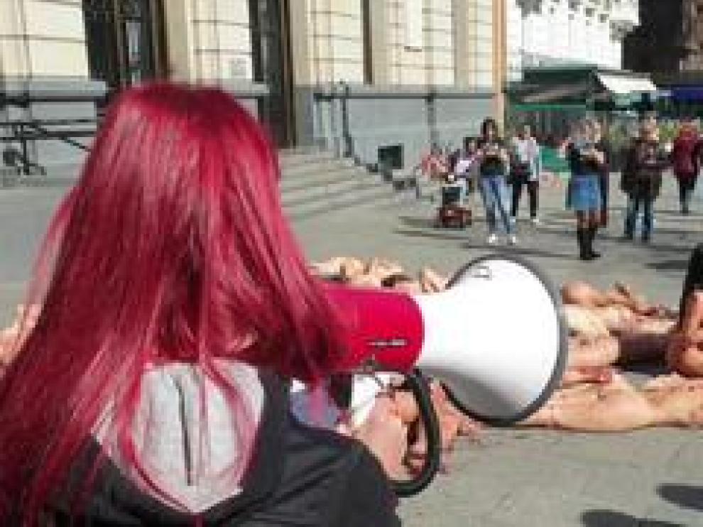 Desnudos, rociados con sangre artificial y amontonados es la forma que ha elegido AnimaNaturalis para protestar contra el uso de pieles de animales.