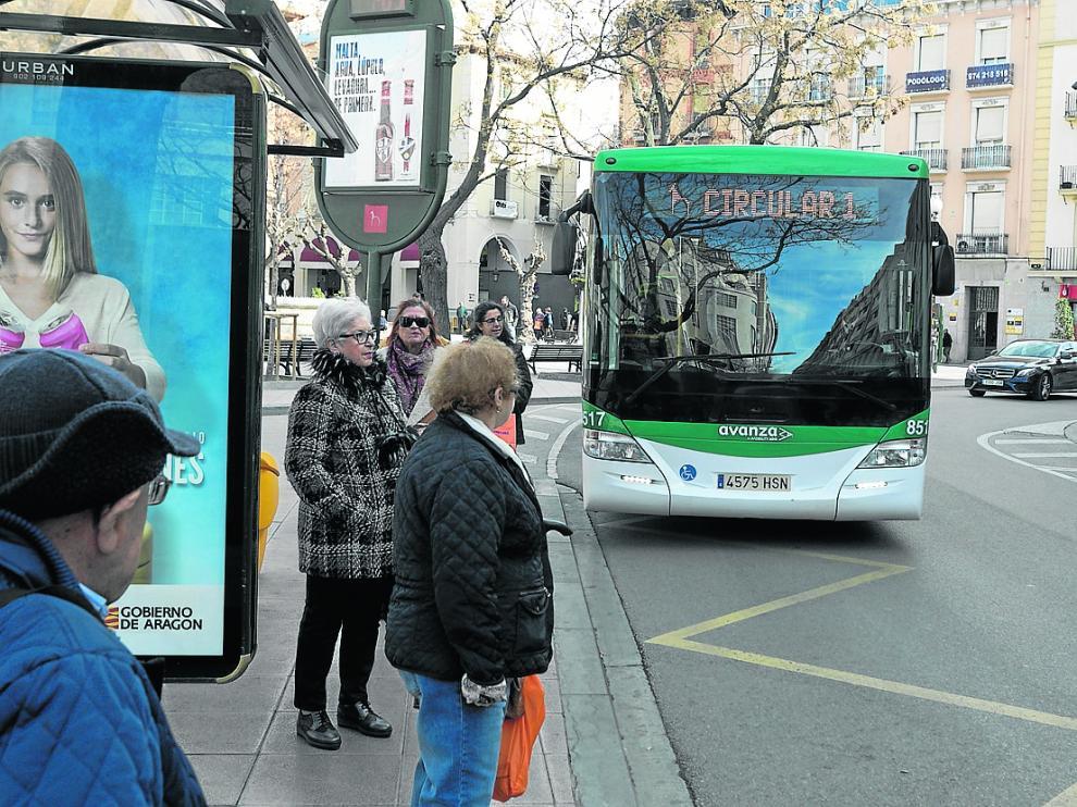 Autobús urbano en la parada de la plaza de Navarra