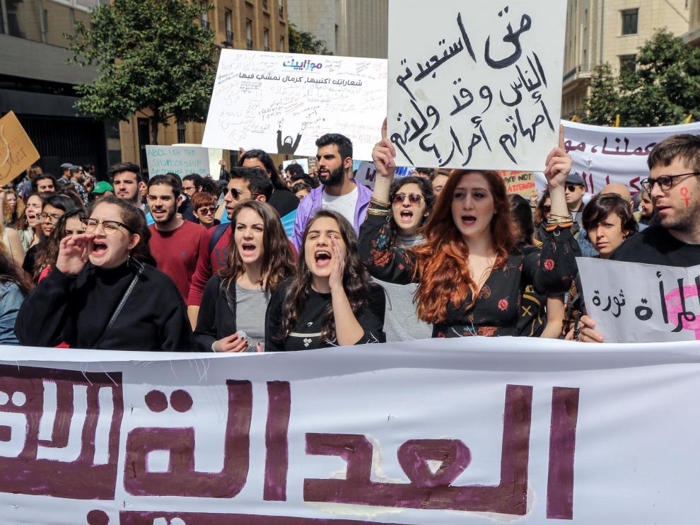 Centenares de personas, en su mayoría mujeres, se manifestaron hoy en Beirut con motivo del Día de la Mujer para pedir igualdad de derechos.