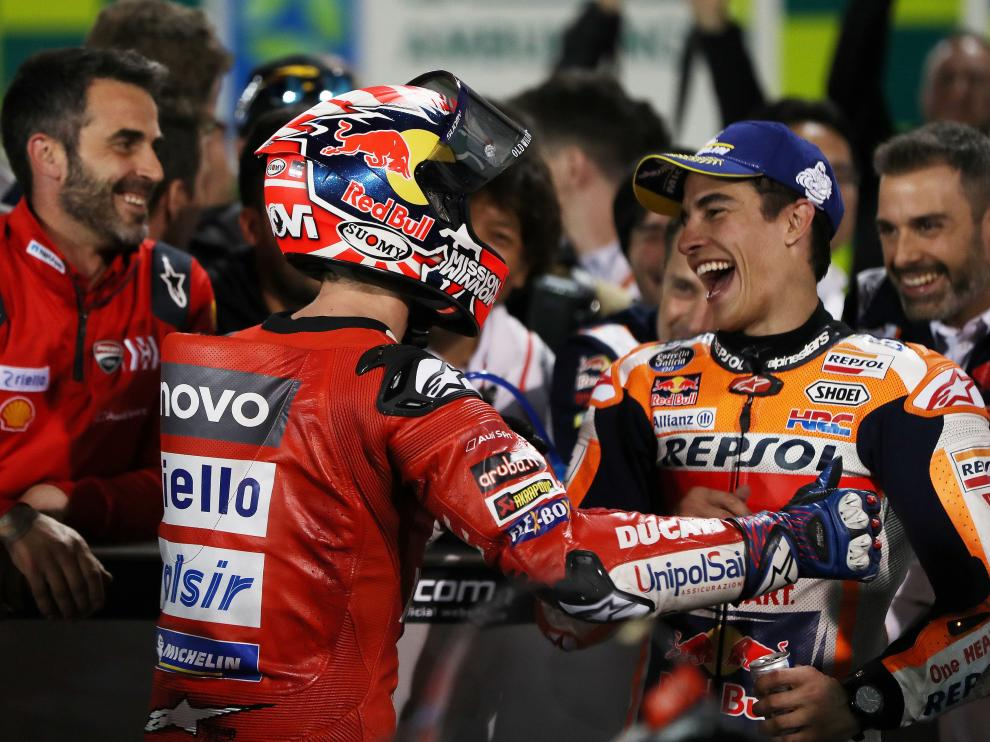 Marc Marquez celebra con el resto del equipo su segunda posición en Catar.