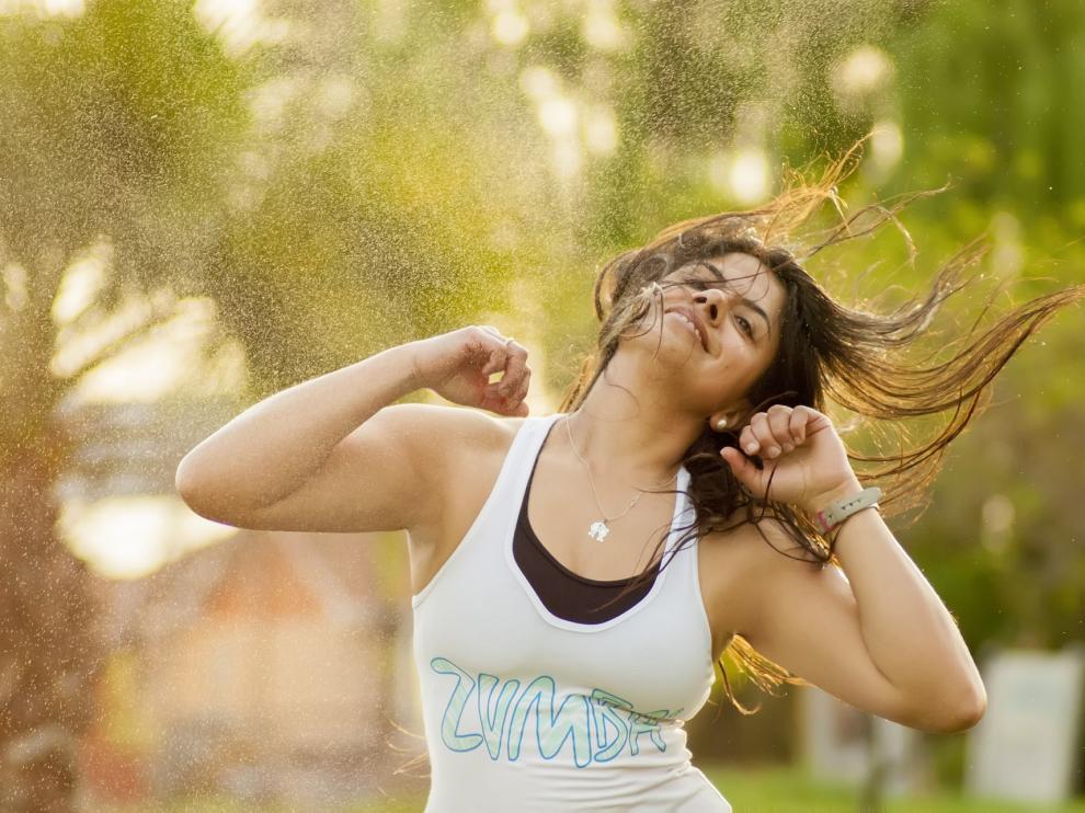 Una mujer bailando zumba.