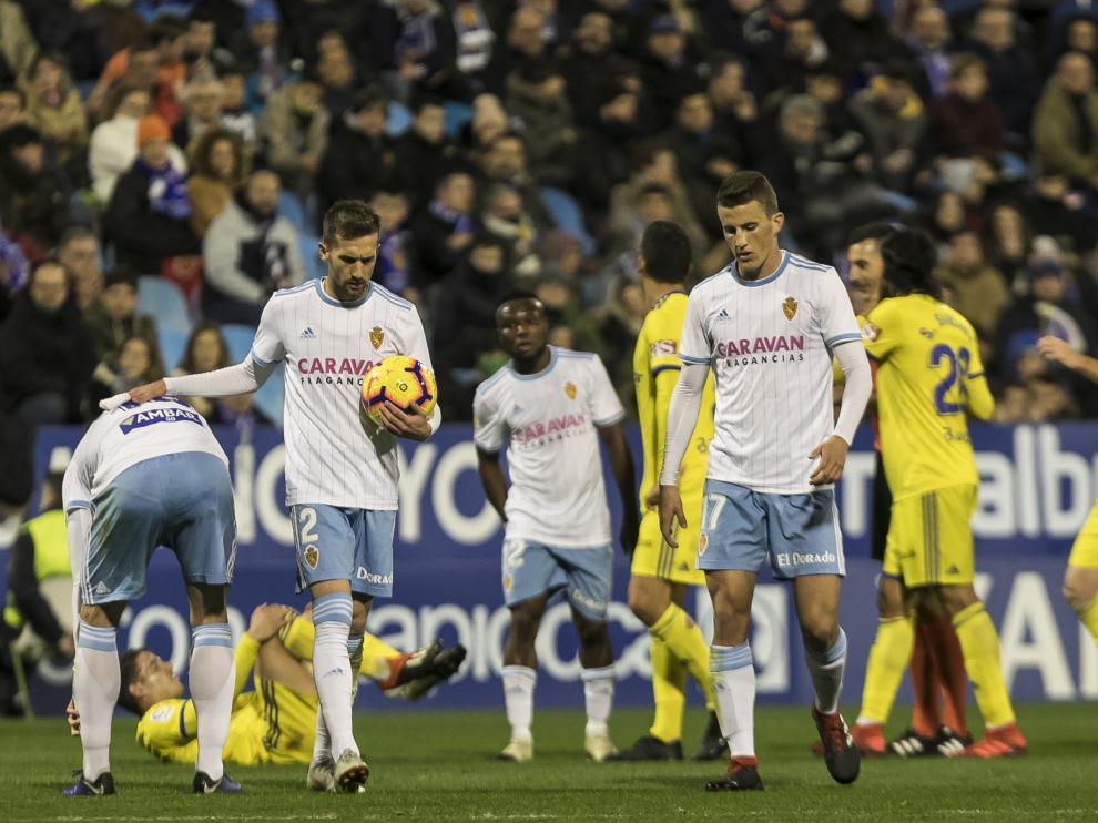 Benito, James y Nieto durante el Real Zaragoza-Cádiz de la primera vuelta, jugado el viernes 30 de noviembre en La Romareda.