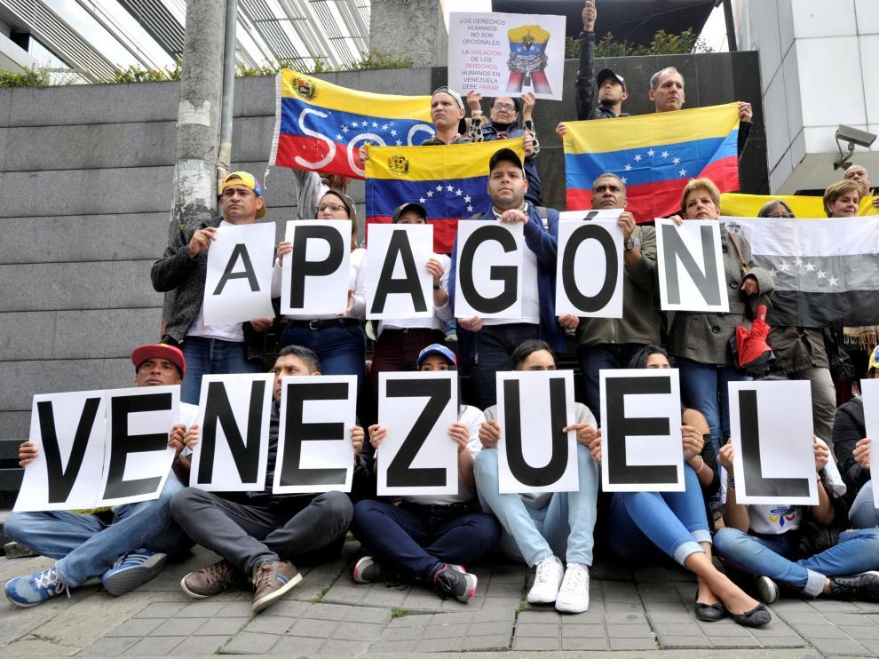 "Venezuelan citizens living in Bogota protest against Venezuela's President Nicolas Maduro and the continuing power outage in Venezuela, in Bogota, Colombia, March 11, 2019. The sign reads ""Blackout Venezuela"". REUTERS/Carlos Julio Martinez [[[REUTERS VOCENTO]]] VENEZUELA-POLITICS/BLACKOUT"