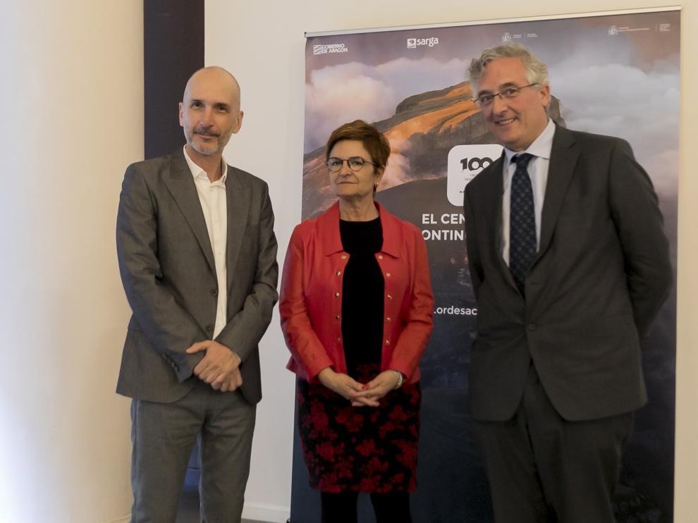 De izquierda a derecha, el director del documental, Pablo Lozano, la diputada provincial de Desarrollo Territorial, Maribel de Pablo, y el consejero de Desarrollo Rural, Joaquín Olona.