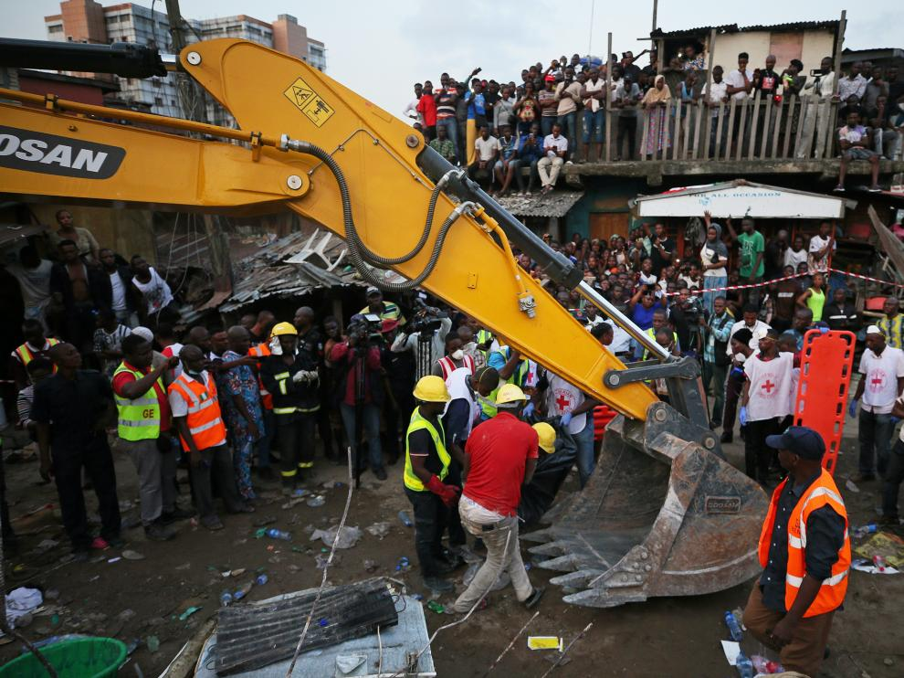 Rescue workers are seen at the site of a collapsed building containing a school in Nigeria's commercial capital Lagos, Nigeria March 13, 2019. REUTERS/Afolabi Sotunde [[[REUTERS VOCENTO]]] NIGERIA-SCHOOL/