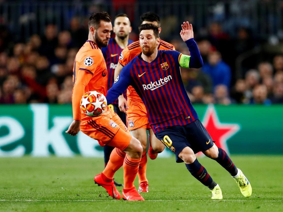 Soccer Football - Champions League - Round of 16 Second Leg - FC Barcelona v Olympique Lyonnais - Camp Nou, Barcelona, Spain - March 13, 2019  Barcelona's Lionel Messi in action with Lyon's Lucas Tousart             REUTERS/Juan Medina [[[REUTERS VOCENTO]]] SOCCER-CHAMPIONS-FCB-LYO/