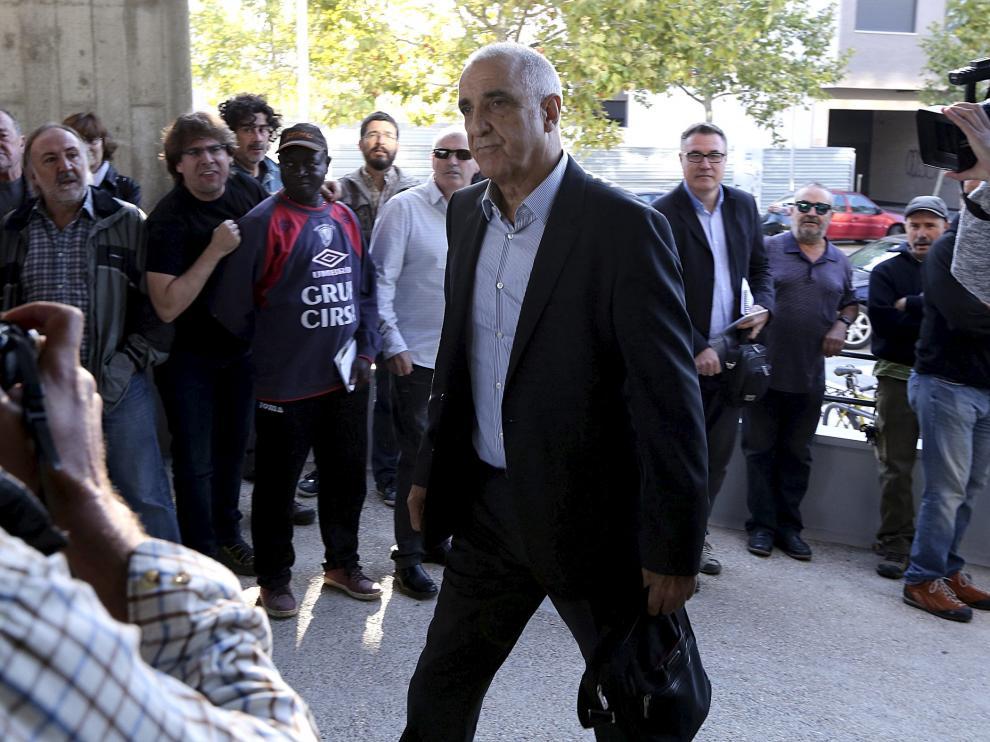 Victorino Alonso entrando en el Palacio de Justicia de Huesca para el juicio, en 2017.