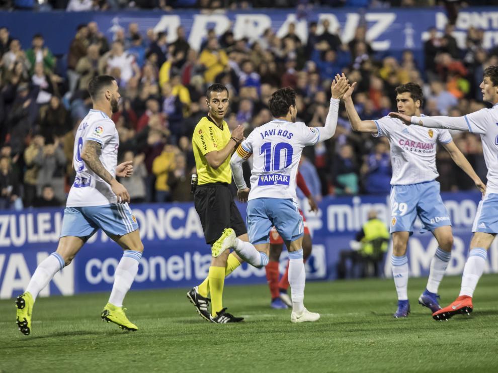 El Real Zaragoza celebra el gol de Álvaro Vázquez ante el Almería.