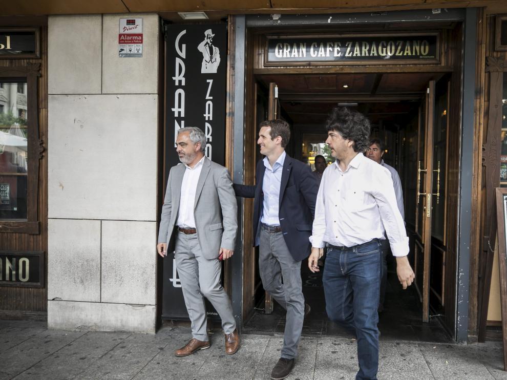 Mario Garcés (derecha) y Pablo Casado (centro), en Zaragoza con motivo de las primarias del PP.