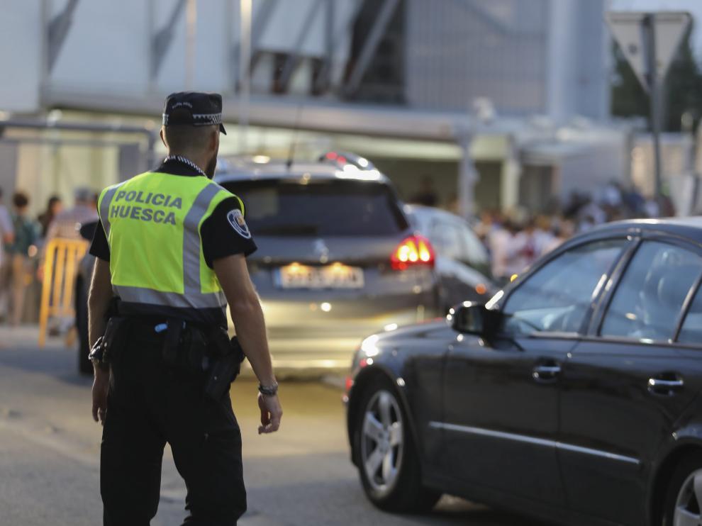 Un agente de la Policía Local regula el tráfico en los accesos al Alcoraz.