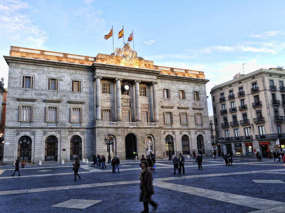 El Ayuntamiento de Barcelona retira el lazo amarillo de su fachada