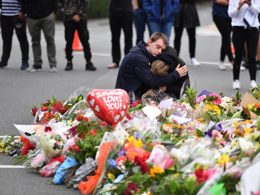 AAP. Christchurch (New Zealand), 16/03/2019.- Members of the public mourn at a flower memorial near the Al Noor Masjid on Deans Rd in Christchurch, New Zealand, 16 March 2019. A gunman killed 49 worshippers at the Al Noor Masjid and Linwood Masjid on 15 March. The 28-year-old Australian suspect, Brenton Tarrant, appeared in court on 16 March and was charged with murder. (Atentado, Terrorista, Nueva Zelanda) EFE/EPA/MICK TSIKAS AUSTRALIA AND NEW ZEALAND OUT At least 49 people killed in terrorist attack on two mosques in Christchurch, New Zealand